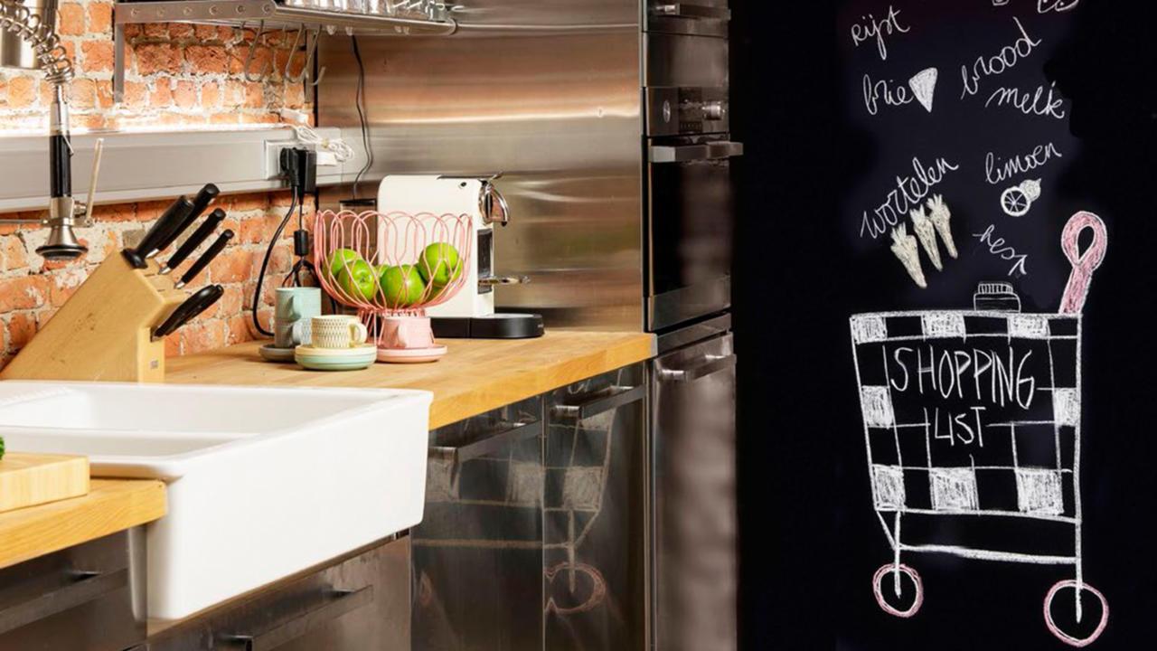 Schoolbordverf De Keuken : Schuine wand en schoolbordverf in de keuken shopinstijl