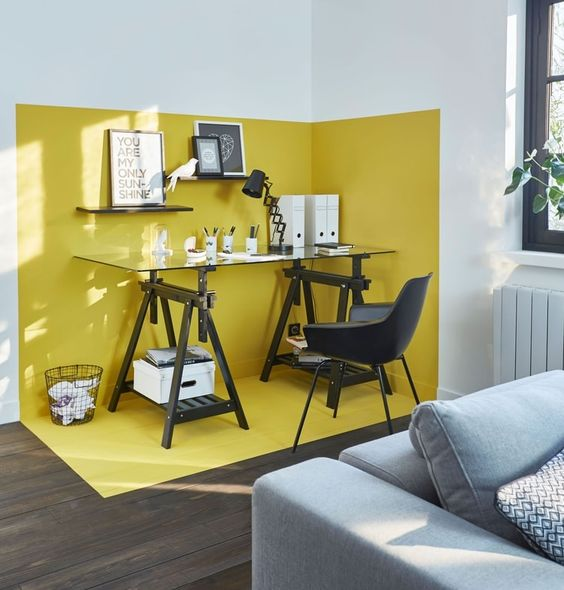 geel-voor-een-bureau